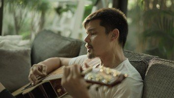 """Pika's Pick: Dingdong Dantes, inspired by Kuya Kim Atienza, learns to play the guitar; his first goal is to learn how to play the """"Happy Birthday"""" song for son Sixto."""