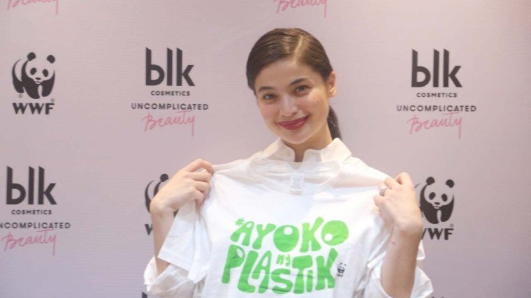 Anne Curtis—co-founder, creative director, and endorser of blk cosmetics—is here displaying a statement shirt given by the WWF officials. It's printed with the words: Ayoko ng Plastik. The plastik meant here are the non-biodegradable plastic materials we all use everyday and throw away trash, which then later becomes one of mother nature's worst enemies.