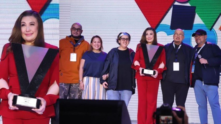 The first ever Viva Icon honoree, megastar Sharon Cuneta, with Viva Chairman Boss Vic del Rosario (fifth from left) and kids (L-R): VR (SVP of Viva International Food & Restaurants, Inc.); Vincent (president and COO); Veronique (SVP for Viva Artists Agency): and Valerie (SVP for content creation and development).