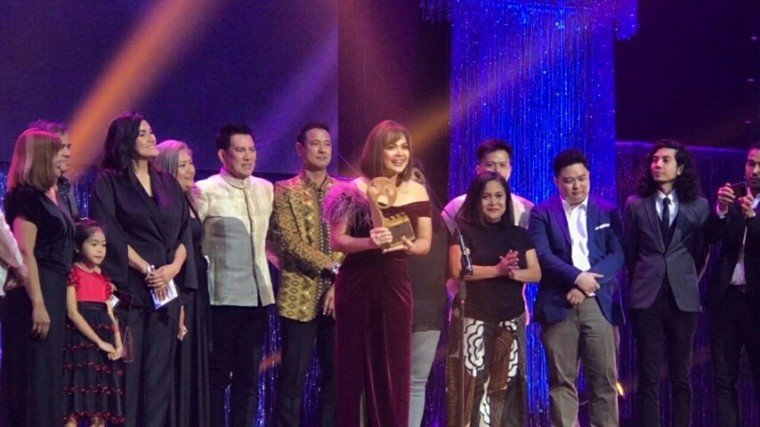 The cast of Mindanao receives the award for Best Picture at the MMFF 2019 Awards Night. See the full list of winners by scrolling down below!