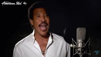 """Lionel Richie celebrates 35 years of """"We Are The World"""" through performance with American Idol contestants, alumni"""