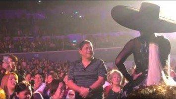 Vice Ganda, nakipagharutan sa isang fan na umattend ng kanyang concert